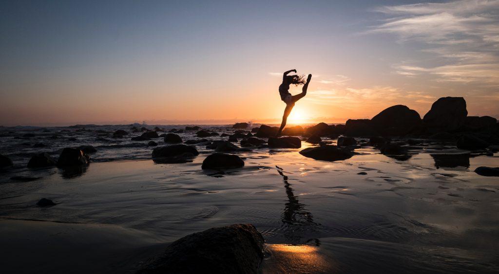 andrew rice 8 xIvmltl2U unsplash 1024x563 - Salutation au soleil, un type de yoga à pratiquer le matin