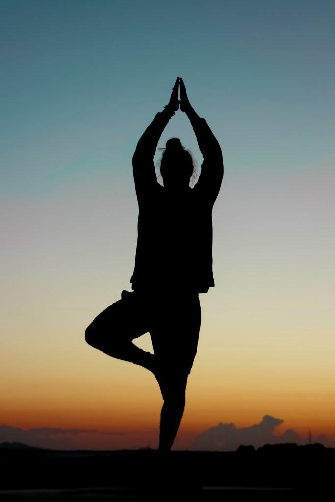 yannic laderach 4InW0sYpW M unsplash 683x1024 - 15 postures de yoga qui peuvent changer ton corps